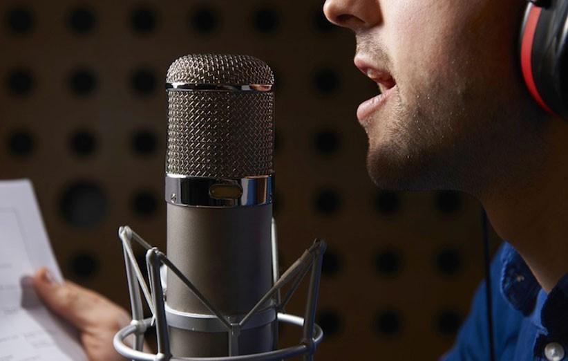 محل قرار گیری میکرفون برای ضبط صدای خواننده در استودیو موسیقی به چه نحوی تعیین می شود ؟