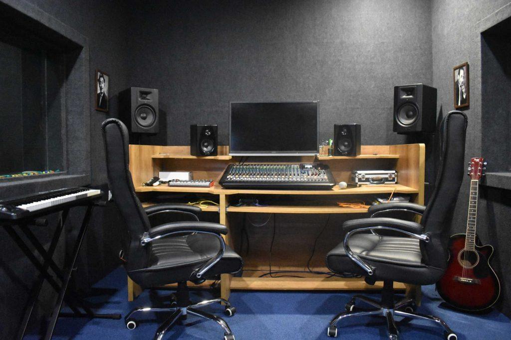 در استودیو های موسیقی برای تولید ملودی و همچنین ضبط صدا چه کار هایی انجام می شود ؟