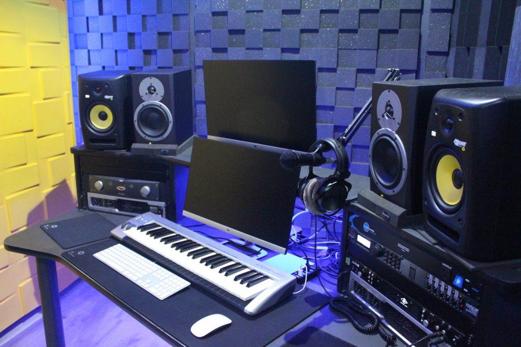در استودیو های موسیقی حرفه ای برای ضبط صدای سازهای مختلف به چه صورتی عمل می کنند ؟